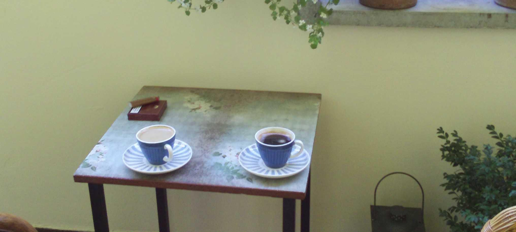 Tisch mit Decoupagepapier umgestalten - Gartenelfe